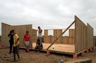 Cada casa era construida por un grupo de cuatro o cinco muchachos