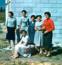 Algunas de las primeras mujeres de la Obra que vinieron al país y las chilenas Nelly San Martín y Carmen Undurraga, en Antullanca, todavía en construcción.