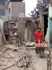 Quitando escombros de la casa