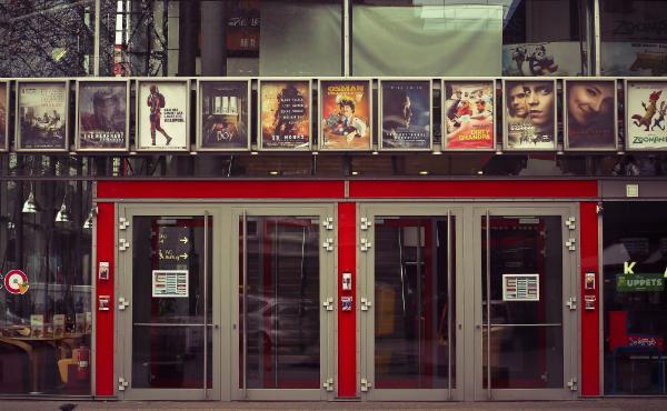 Un cartel en el cine