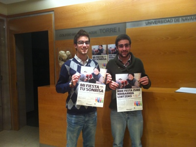 Floren García y Ander Etxebarría, dos de los impulsores de la campaña, con los carteles que se han editado en castellano y euskera.