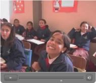 Omkring 400 elever får en utbildning genom detta sociala arbete.