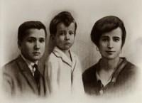 Josemaría cu frații Santiago și Carmen