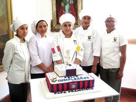 A Escola Condoray oferece um presente ao Papa Francisco no seu aniversário