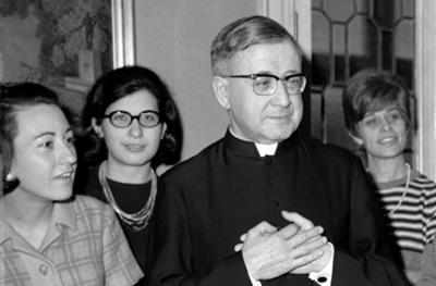 Sofia Varvaro, con gafas, junto a san Josemaría.