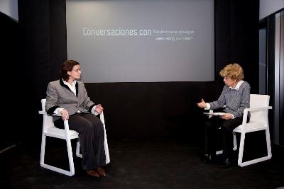 A xornalista Pilar Urbano presentou o acto. Na foto con Mónica Herrero, decana da Facultade de Comunicación da Universidade de Navarra.