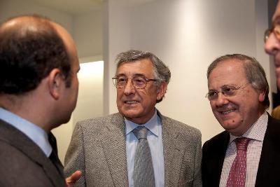 Xurxo del Corral fala con Xavier Bardají. Ambos participaron no coloquio virtual. Na foto con Xavier Olave.