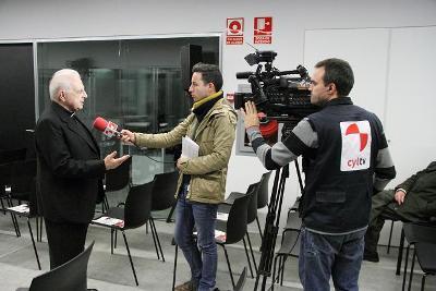 D. Xosé Luís Illanes, coautor do libro entrevistado por TV de Castela-León.