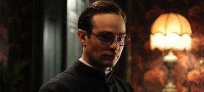 Charlie Cox som sankt Josemaría. 'Av alla personerna i filmen är Josemaría den enda som existerat historiskt, hos honom ensam finns vittnesmål och bevis i överflöd.' (Roland Jeffé)