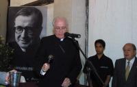 El arzobispo de Barcelona, bendiciendo la sede.