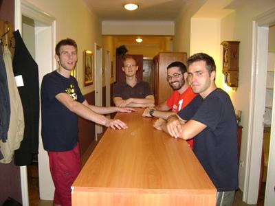 Con un grupo de amigos en el traslado de la nueva casa.