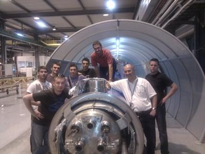 Durante una visita con varios amigos el acelerador de partículas en Suiza.