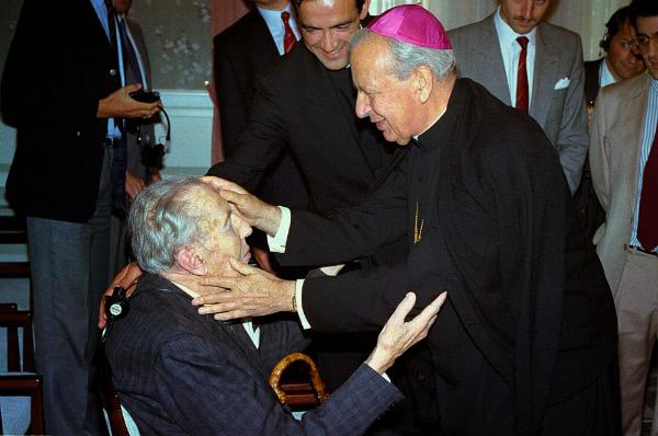 Álvaro del Portillo saluda a un anciano en silla de ruedas (Holanda, 1988).