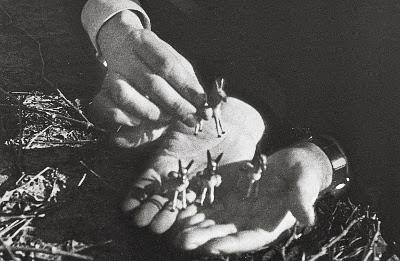 San Josemaría pone unos burros en las manos de don Álvaro, en una foto de 1948.