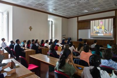Algunos profesores y estudiantes tuvieron que seguir el acto desde las aulas a través de un circuito de televisión.