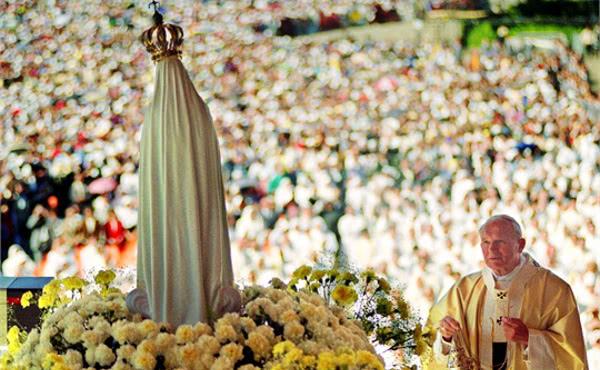 Juan Pablo II ante la Virgen de Fátima
