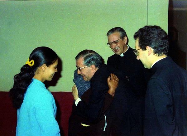 San Josemaría abraza a la madre de una chica del Opus Dei.