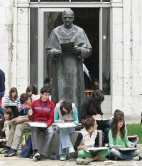 Na Universidade de Navarra, Espanha, os jovens reúnem-se em torno de uma escultura de São Josemaria Escrivá.
