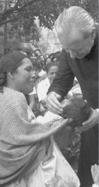 D. Álvaro bendice a un niño en México (1983)