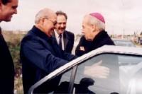 21 de agosto de 1997. El Prelado del Opus Dei durante su visita a Uruguay saluda a Doroteo San Martín, promotor de Los Pinos