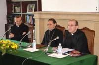 O Cardeal Julián Herranz entre D. Borja de León, Vicario do Opus Dei en Galicia e D. José María Santana, director de Centro de Encontros Sacerdotais Porta do Camiño