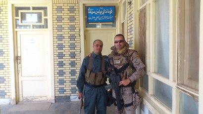 Gustavo cun membro da policía de fronteiras afgá.