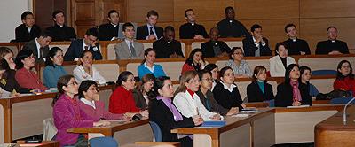 Alunos e professoras da Universidade seguiram por televisão as intervenções que tiveram lugar na aula magna.