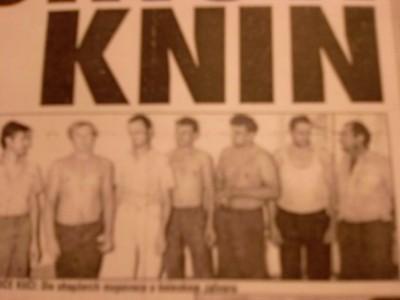 El preso Darko Kauric, el cuarto por la izquierda durante su estancia en Knin en la portada del periodico. Fotografía: Ismael Martínez Sánchez