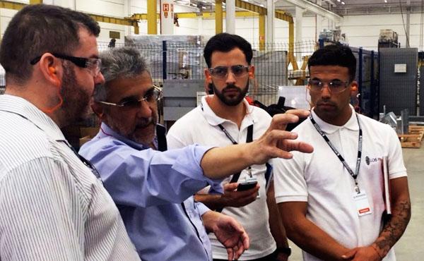 Opus Dei - Estudiantes de Los Pinos visitan feria industrial en Brasil