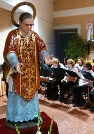 O bispo de Cáceres benze uma imagem de S. Josemaria