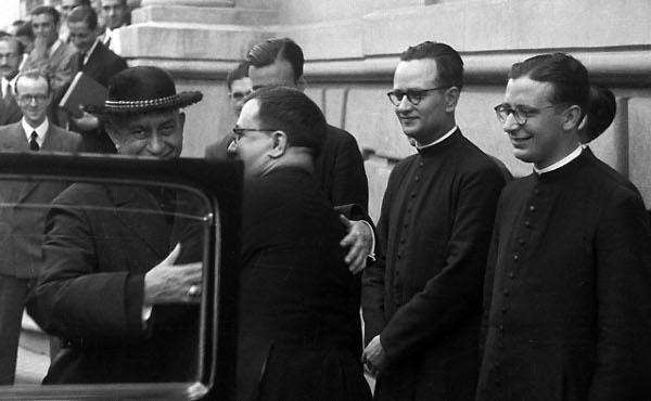 San Josemaría despide a Mons. Eijo y Garay, acompañado por los tres nuevos sacerdotes.