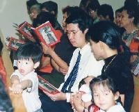 El 9 de enero de 2002, con ocasión del centenario del nacimiento del beato Josemaría, tuvieron lugar misas en diversos países. En la imagen, una familia durante la misa que hubo en Singapur.