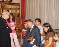 Familias del Líbano que participan en medios de formación del Opus Dei saludaron a Mons. Javier Echevarría.