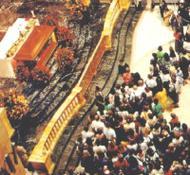 Os peregrinos diante dos sagrados restos mortais do Bem-aventurado na basílica de Santo Eugênio