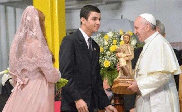 Le Pape François et les fiancés
