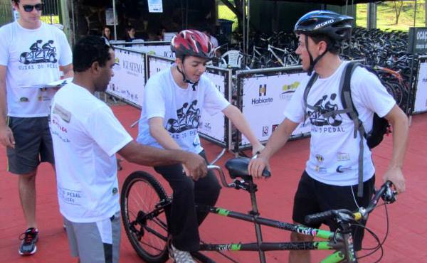 """""""Guías del pedal"""": ciegos que practican ciclismo"""