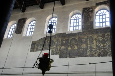 Fragmenty mozaiki z epoki bizantyjskiej można nadal oglądać na ścianach i posadzce.