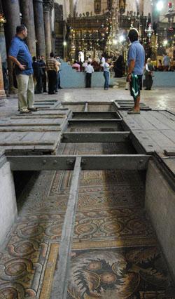 Als murs i al paviment encara hi ha restes de mosaics d'època bizantina. Foto: Alfred Driessen.