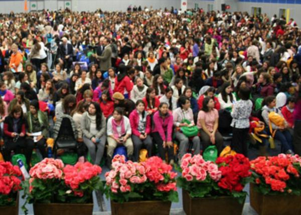 Seis mil jóvenes dialogan con Mons. Echevarría