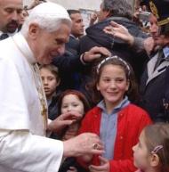 """'Alla folk som vill ge samhället ett sant mänskligt ansikte kan inte låta bli att inse vilken dyrbar gåva den på äktenskapet grundade familjen är"""" (Benedikt XVI)."""