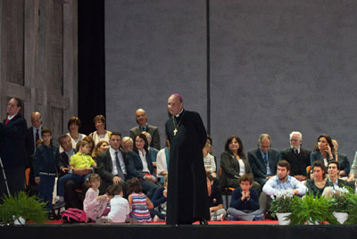 « Le pape nous a invités à aller aux périphéries du monde. Il est important d'aller aider les plus nécessiteux, de visiter les malades, d'atteindre aussi les périphéries de ceux qui sont tout près de nous » a confirmé le prélat de l'Opus Dei