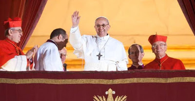 El Papa Francisco saluda desde la Logia de las Bendiciones de la Basílica de San Pedro.