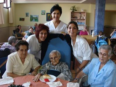Celebrando a una anciana que cumplía 100 años