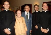 Con su esposa y sus tres hijos sacerdotes