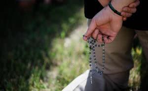 Papa Francesco mette in guardia sulle tentazioni del diavolo e chiede di pregare la Madonna
