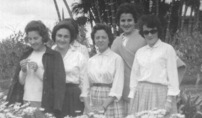 Grupo 1961: en una excursión en los primeros años. De izquierda a derecha: Nelly Vélez, Martha Toro, Pilar Fernández de Córdova (f), Mercedes Restrepo y Martha Elena Vargas. Todas Numerarias.