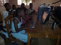 Au Bénin, l'association a permis de fournir à une école le matériel informatique nécessaire pour l'enseignement. Les écoliers découvrent ainsi les joies de l'apprentissage par ordinateur.