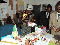 Cameroun, ce sont des dizaines de livres scolaires qui sont donnés aux écoliers d'une école de village. Sans le soutien logistique d'Harambee, jamais les écoliers n'auraient pu s'offrir ces manuels de base.