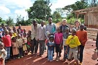 Marie-Noëlle se rend régulièrement sur place pour soutenir les projets et veiller à la bonne mise en marche des projets. C'est à chaque fois source de joie et de complicité avec les Africains qu'elle rencontre, des écoliers aux responsables en passant par les parents des enfants scolarisés.