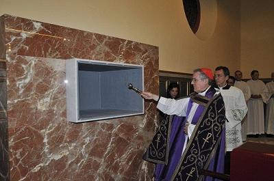 El Cardenal de Barcelona, beneint el nou sepulcre.